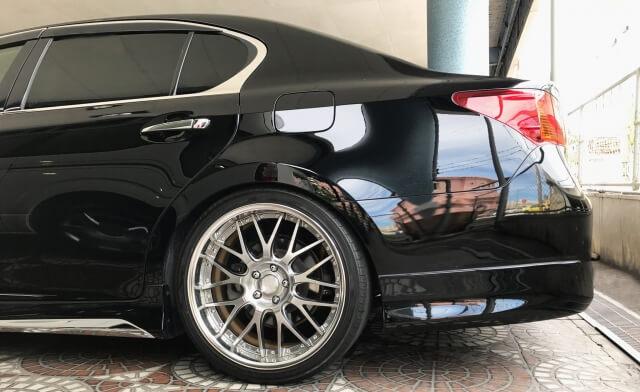 駐車場に停められた黒い車