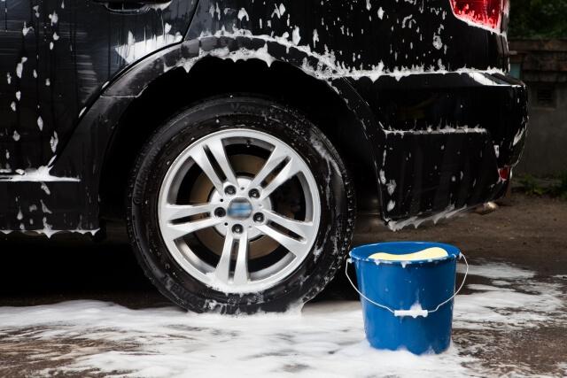 洗車している黒い車