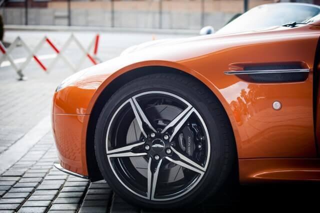 オレンジ色の車のホイール