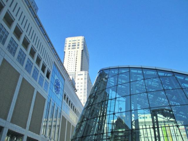 JR札幌駅を見上げる