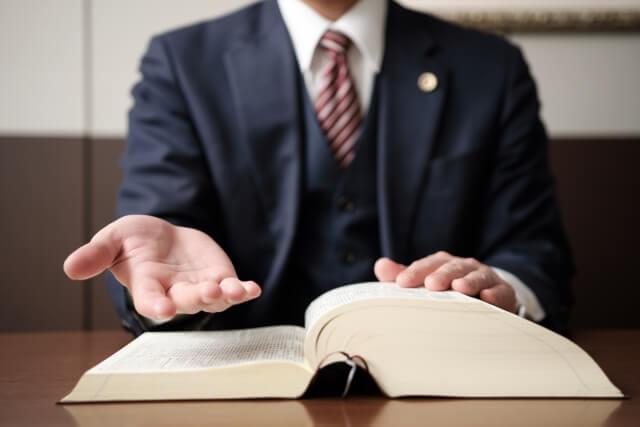 手を差し伸べる弁護士